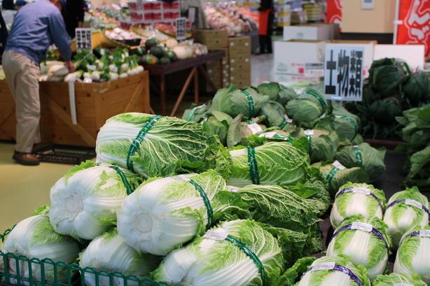 地元生産者が丹精こめて育てた旬の野菜なども品揃えしています